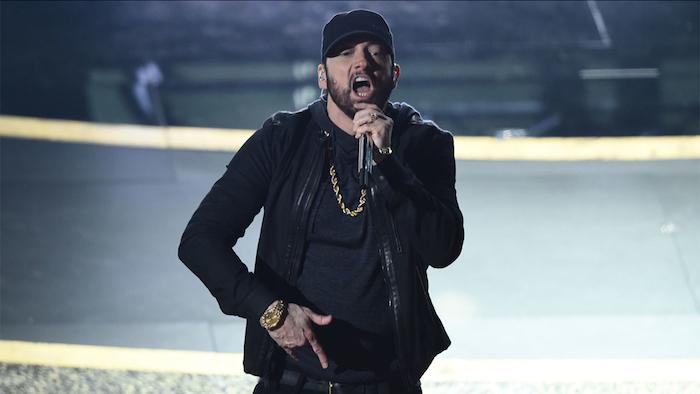 die preisverleihung der doesjährigen oscars, der rapper eminem, der singt love yourself, ein mann mit goldener halskette