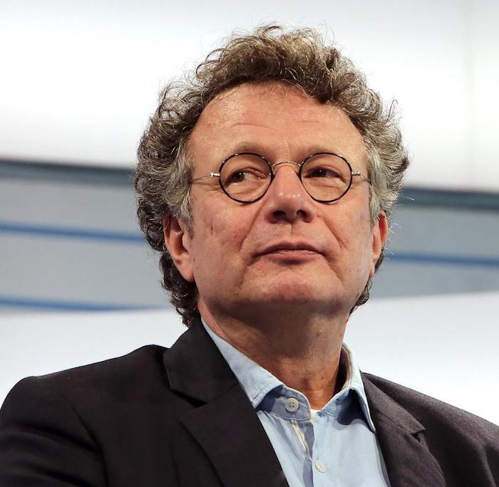 der deutsche schriftsteller ingo schulze, ein mann mit brille und grauem lockigem haar
