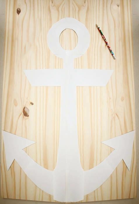 DIY Anleitung für Wanddeko Anker in weiß, maritime Deko selber machen, Vorlage auf einem großen Holzbrett