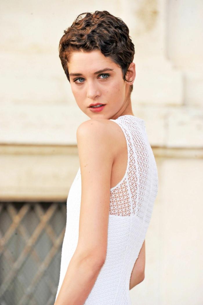 Pixie Cut für lockiges Haare, Dame im weißen Kleid, braune Haare und helle Augen, Kurzhaarfrisuren mit Locken
