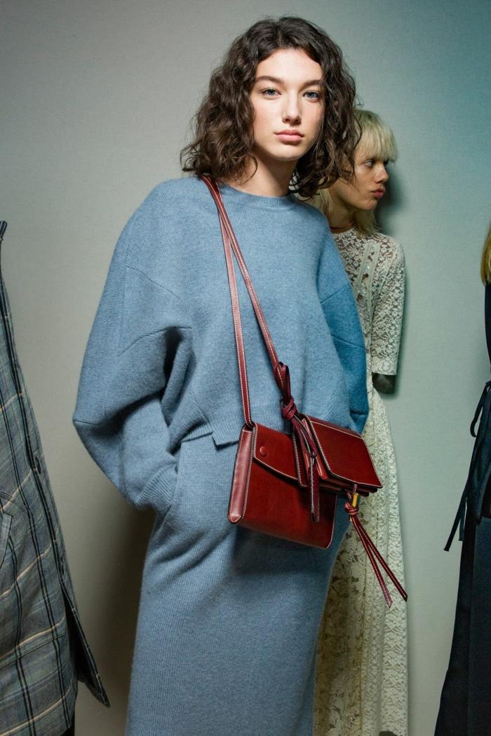 Stylishe Frau im blauen Kleid und Ledertasche, Lockige Kurzhaarfrisuren, Style Inspiration Fashion Show, braune Haare