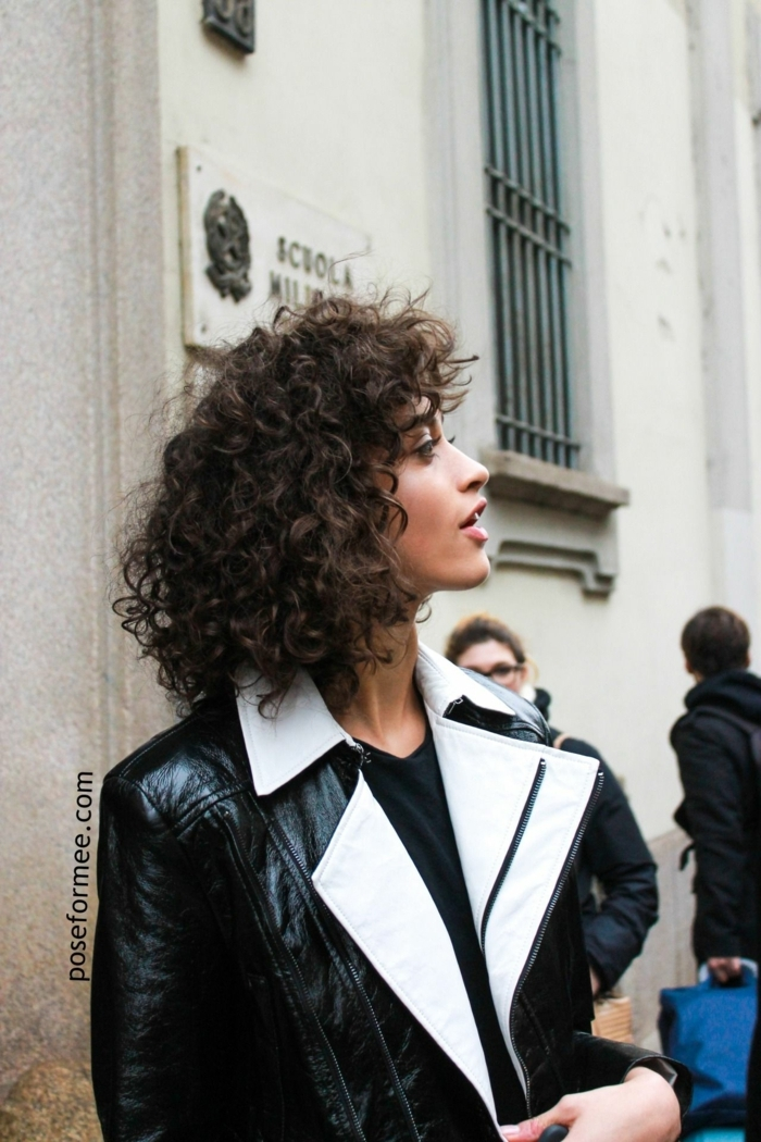 Haarschnitt Locken, schwarz weiße Lederjacke, Street Style Fotografie, Kurzhaarfrisuren für lockiges Haar