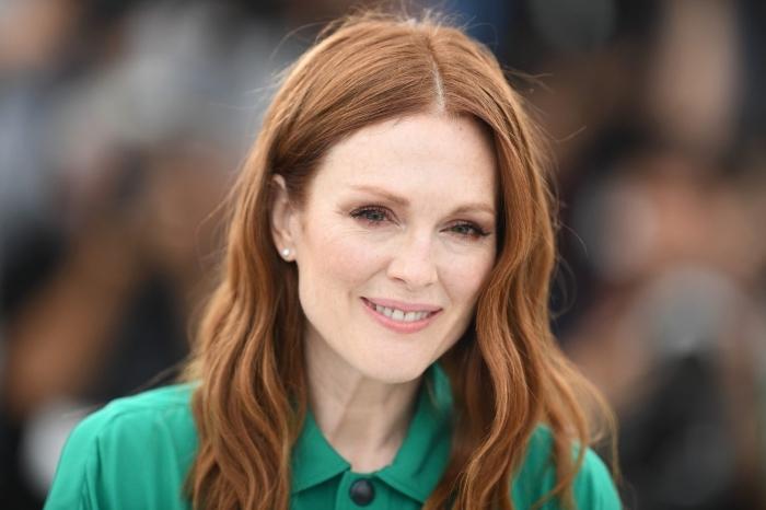 frisuren ob 50, schulterlange haare mit mittelscheitel, haarfarbe kupfer, natürliches make up