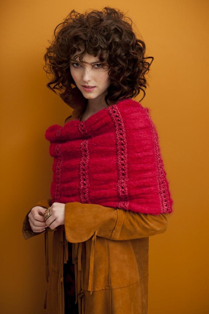Model Fotoshooting, modische Kurzhaarfrisuren, kreativ gestylte Dame im Kleid in Ocker und roter Schal