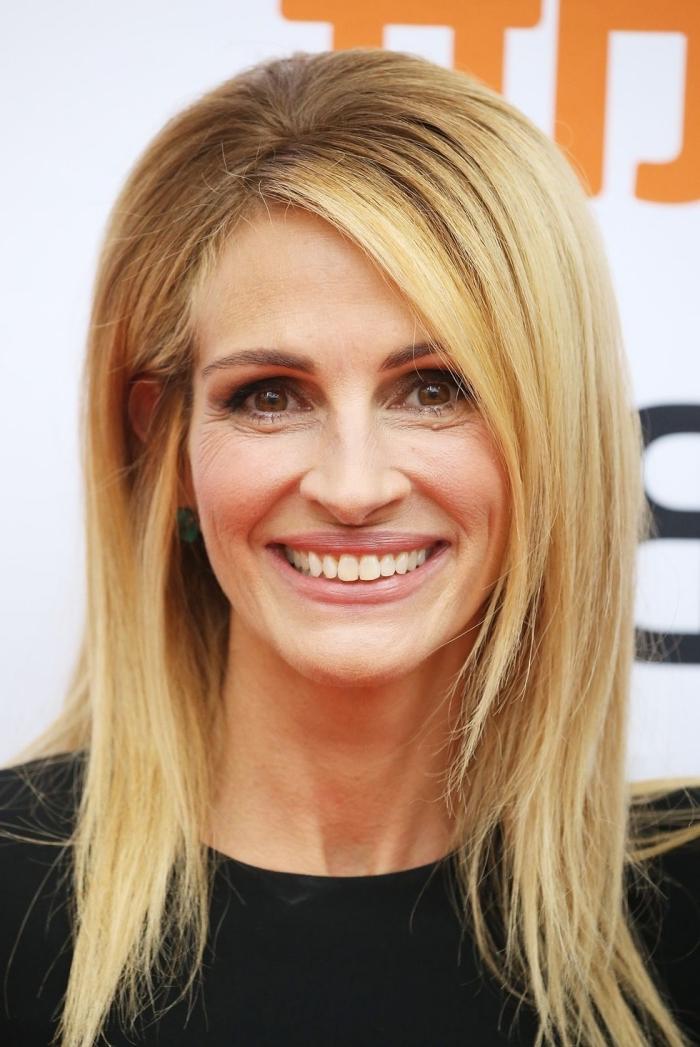frisuren rundes gesicht, blonde haare mit dunklem ansatz, setlicher pony, frisur mit stufen