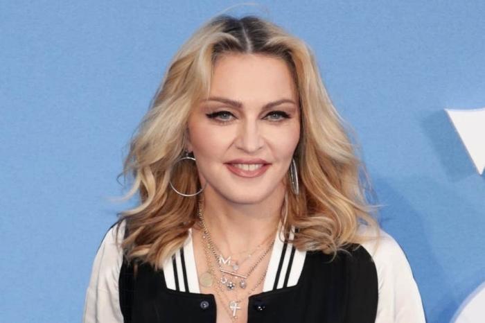 frisuren rundes gesicht, blonde haare mit dunklem ansatz, blaue augen schminken, madonna