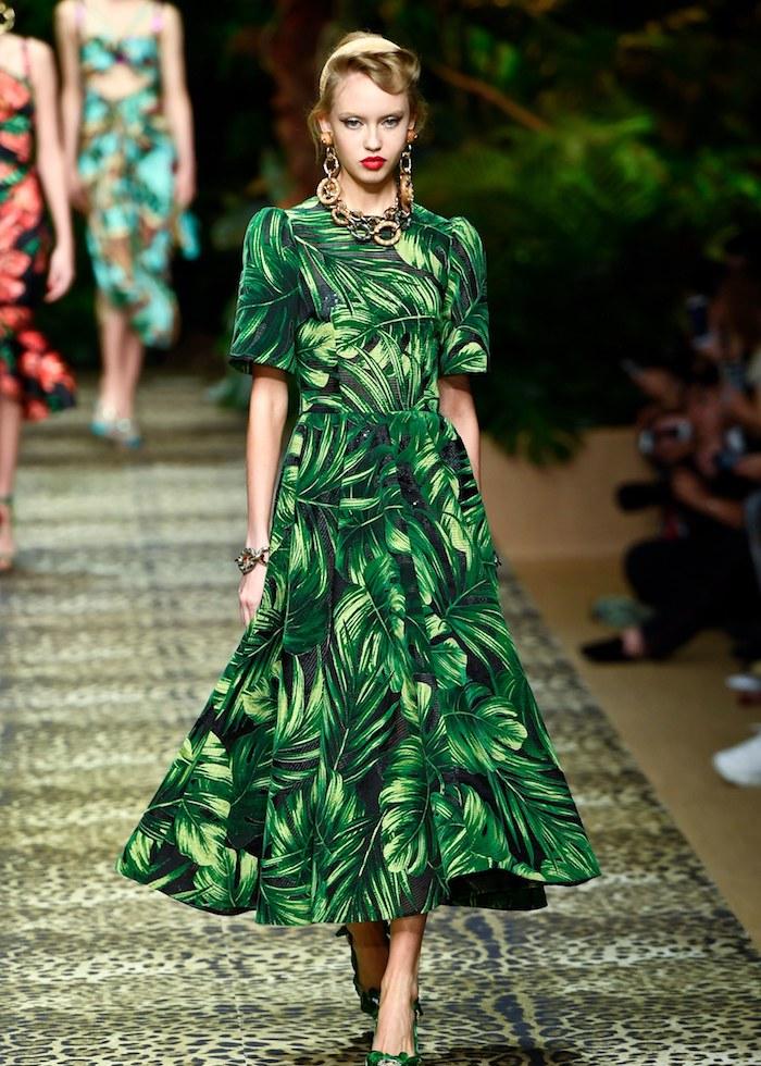A-Linien Kleid mit tropischem Muster, Modetrends Frühjahr 2020, langes Kleid mit kurzen Ärmeln