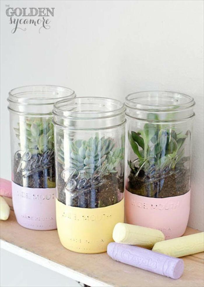 DIY Ideen zum Upcyclen von alten Konservgläsern, gemaltes Einmachglas in lila gelb und rosa für Sukkulente, Gartendeko selbstgemacht