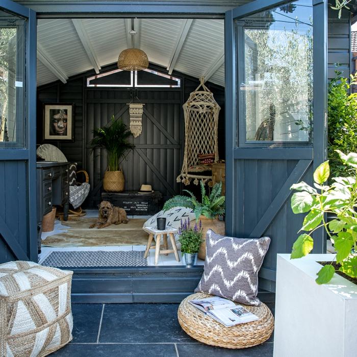 Gartenhaus Umwandlung, französische Türe in blau, Gartengestaltung Ideen Bilder, grüne Pflanzen, gemütlicher Sitzkissen
