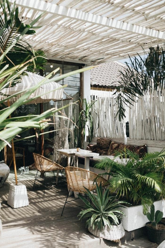 Gartendeko basteln aus Naturmaterialien, Sichtschutz aus Holz bemalt in weiß, moderne Gestaltung eines Gartens, grüne Pflanzen
