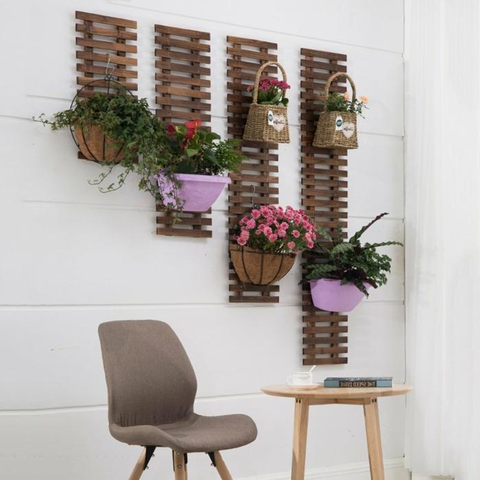 Gartendeko basteln aus Naturmaterialien, Pflanzenregal aus Holz mit Töpfen mit Blumen, brauner Stuhl, runder Tisch