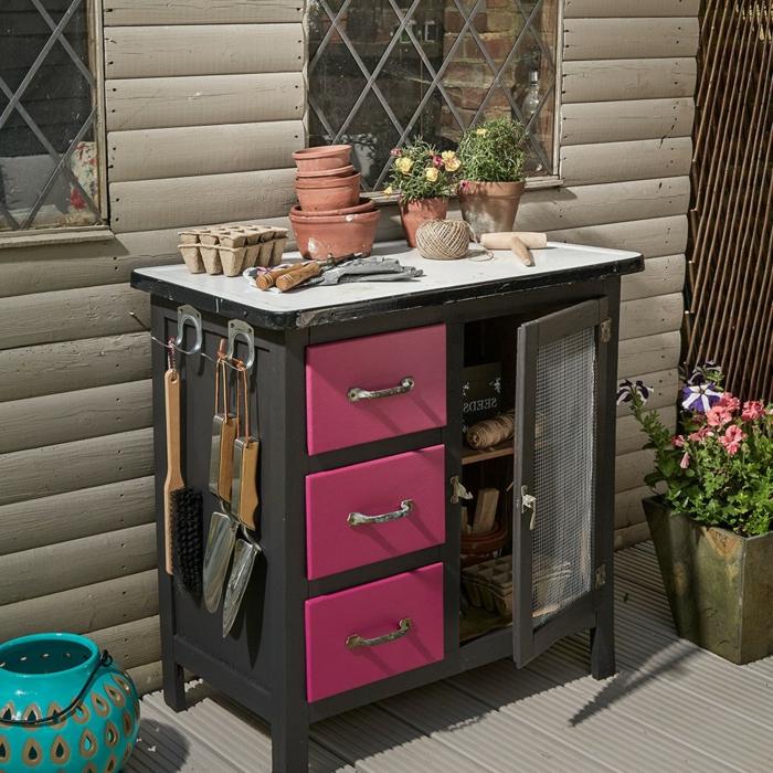 kleines Regal mit pinken Schränken, upcyclen von altem Schrank für Gartenzubehör, Gartendeko aus holz, kleine und große Blumentöpfe