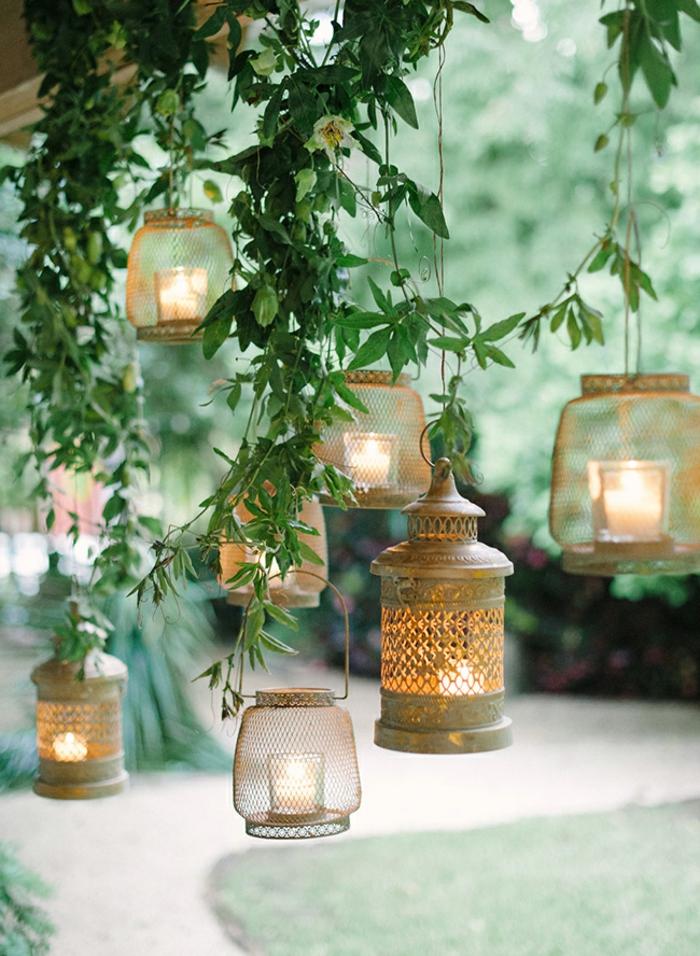 Deko Ideen Garten, Upcycling Ideen Garten, mehrere Laternen und Kerzenhalter aufgehängt auf einem Baum, pinterest Garten