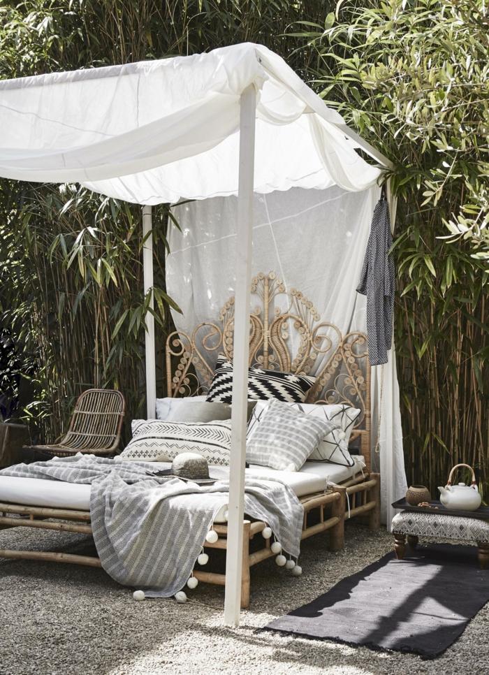 Garten mit einem großen Bett mit Sichschutz, Boden mit Zierkies, Bettrahmen aus Holz, gartendeko basteln aus naturmaterialien