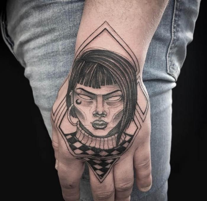 hand tattoo mann, frau mit großen ohrringen und kurzen schwarzen haaren, tätowierung