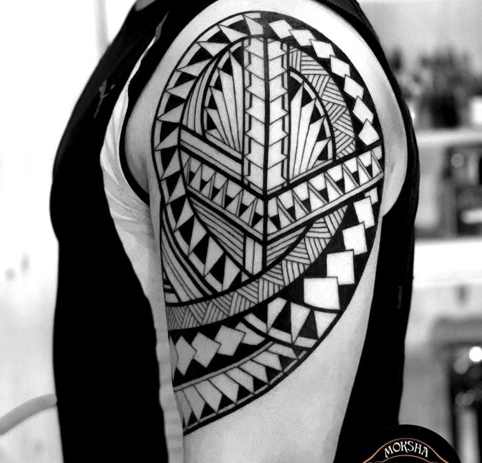 herren tattoo an der schulter, tätowierung am oberarm, motive mit bedeutung