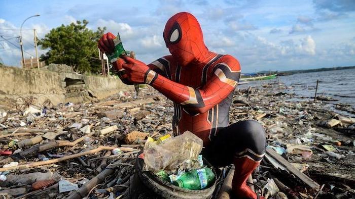 rudi hartono räumt den müll an dn stränden auf, eein mann mit einem kostüm von spiderman