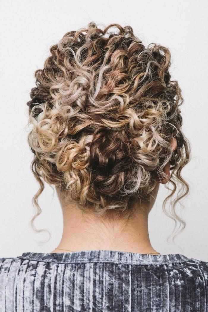 Hochsteckfrisur für Kurzhaarfrisuren mit Locken, dunkelbraune Haare mit blonden Strähnen, lässige Frisur, blauer Pullover,