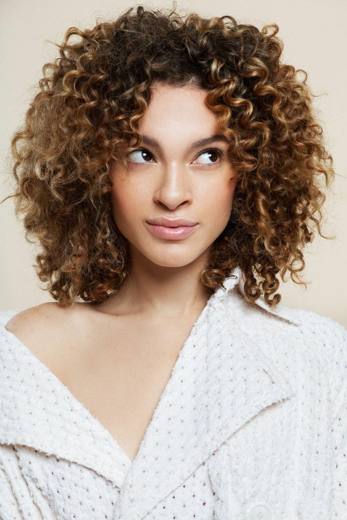 Kurzhaarfrisuren Frauen frech mit Naturlocken, Dunkelbraune Haare mit dunkelblonden Strähnen, dezentes Make-Up,