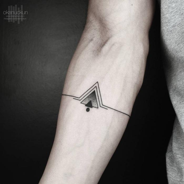 kleine tattoos männer, tätowierung in silmplem design, dreiecke und linien, minimalitisches symbol