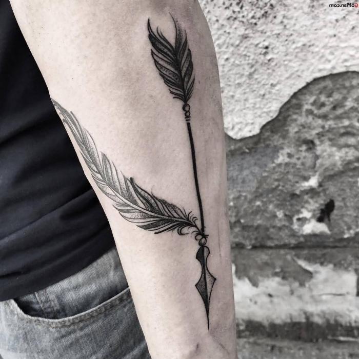kleine tattoos männer, pflein in kombination mit großer feder, schwarz graue tätowierung am unterarm