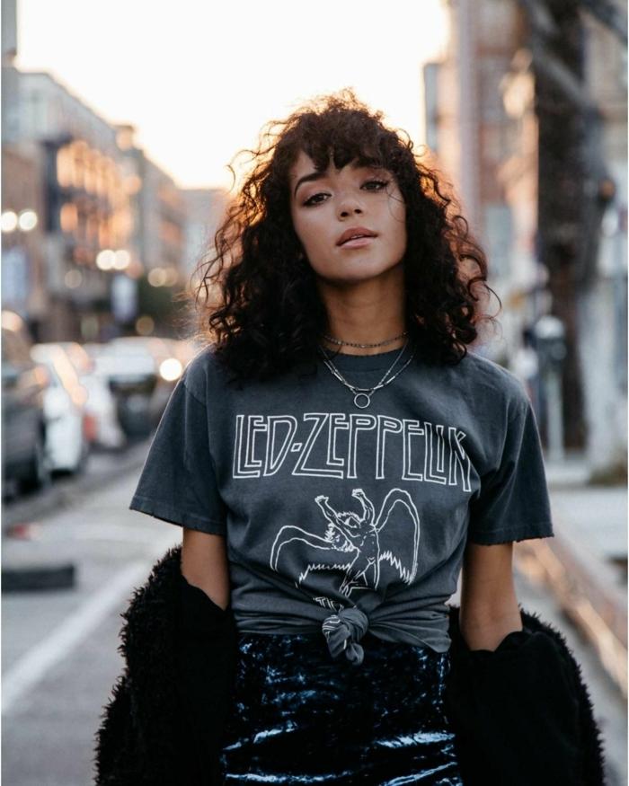 Moderne Kurzhaarfrisuren für lockiges Haar, Styling Inspiration, schwarzes Led Zeppelin T-Shirt, Rock besetzt mit Pailletten in schwarz