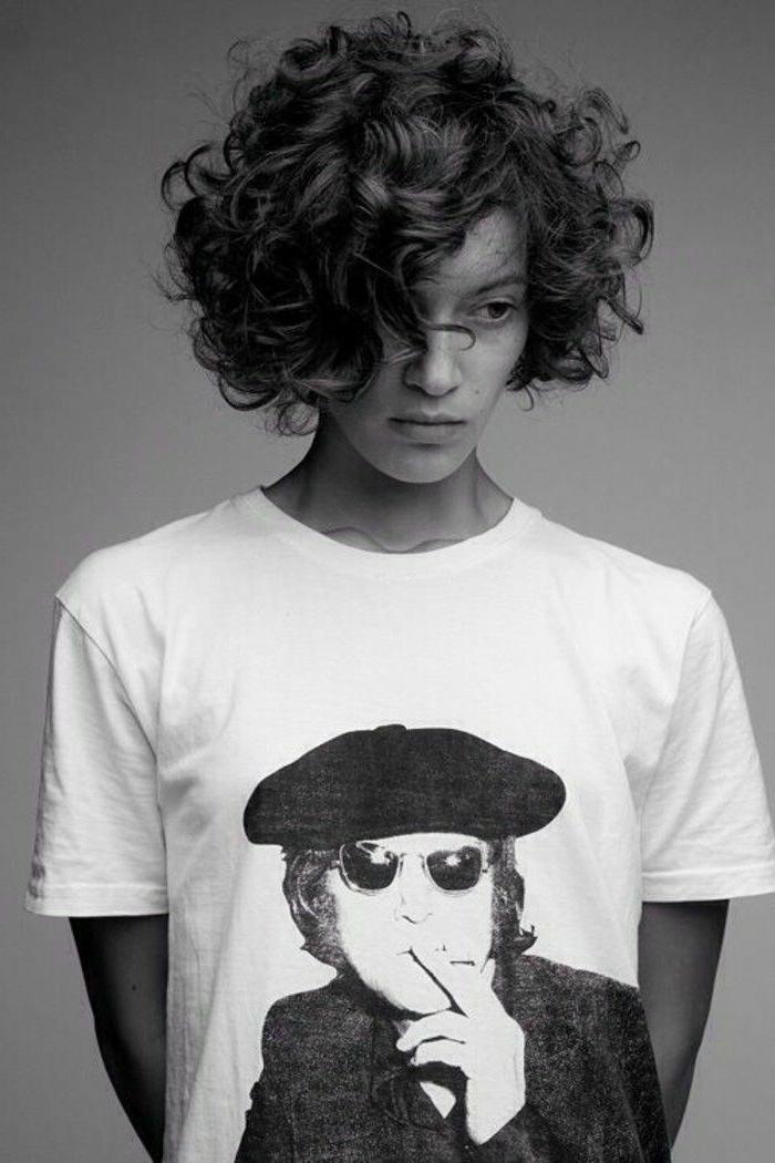Frisuren Locken kurz, Schwarz weiße Fotografie, weißes T-Shirt mit John Lennon Bild, Kurzhaarfrisuren für lockiges Haar,