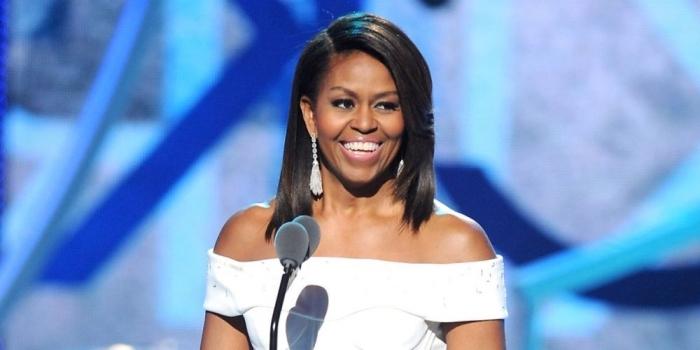 kurzhaafrsiuren ab 50, michelle obama, schulterlange bob mit seitenscheitel, weißes kleid