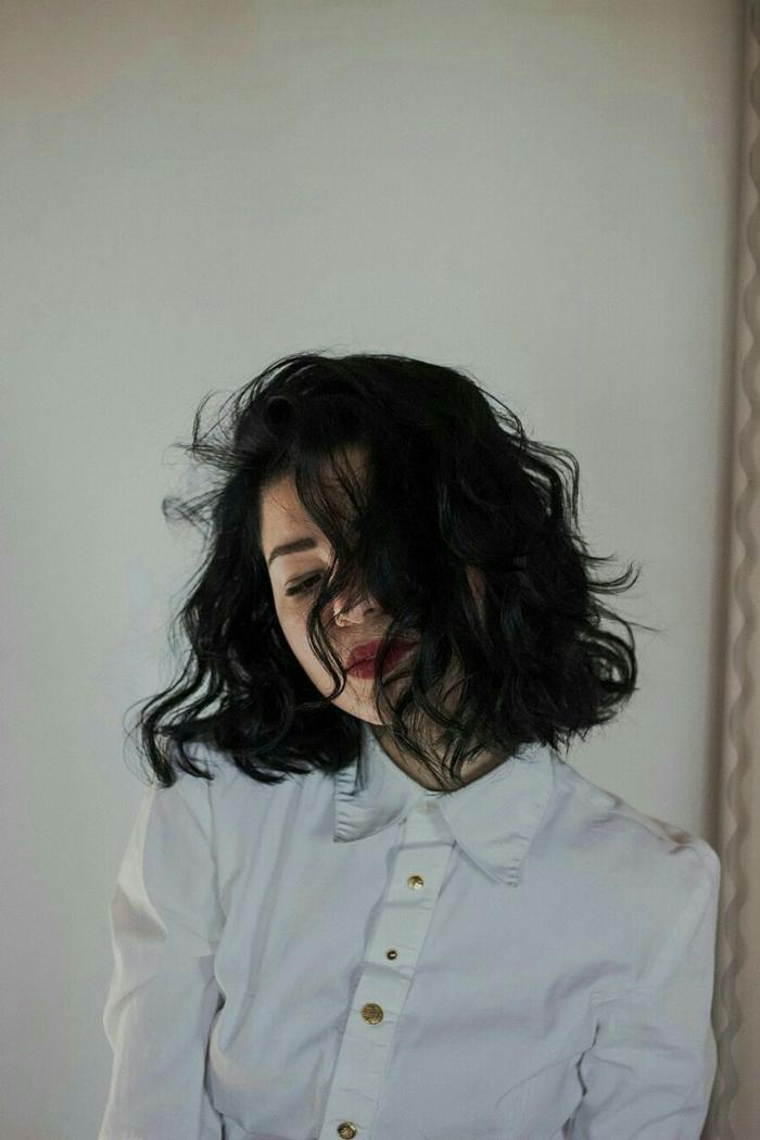 kurze schwarze Haare, Dame im weißen Hemd, geschminkt mit rotem Lippenstift, kurze Frisuren Frauen mit Locken