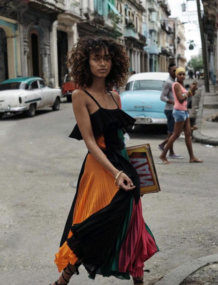 Sommer Style Inspiration und Ideen, elegante Dame im bunten grün rot blauen Rock und schwarzes Top, Naturlocken kurz schneiden