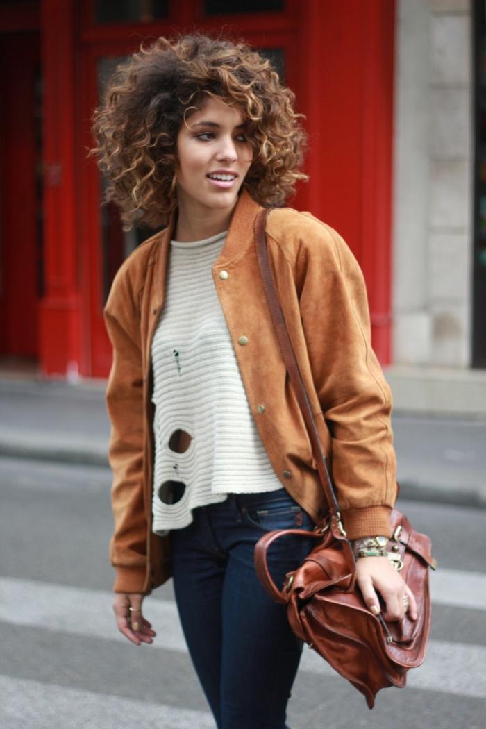 Kurzhaarfrisuren für lockiges Haar, Lässig gekleidete Frau in Jean weiße Bluse und ziegelrote Jacke, Naturlocken Frisuren,