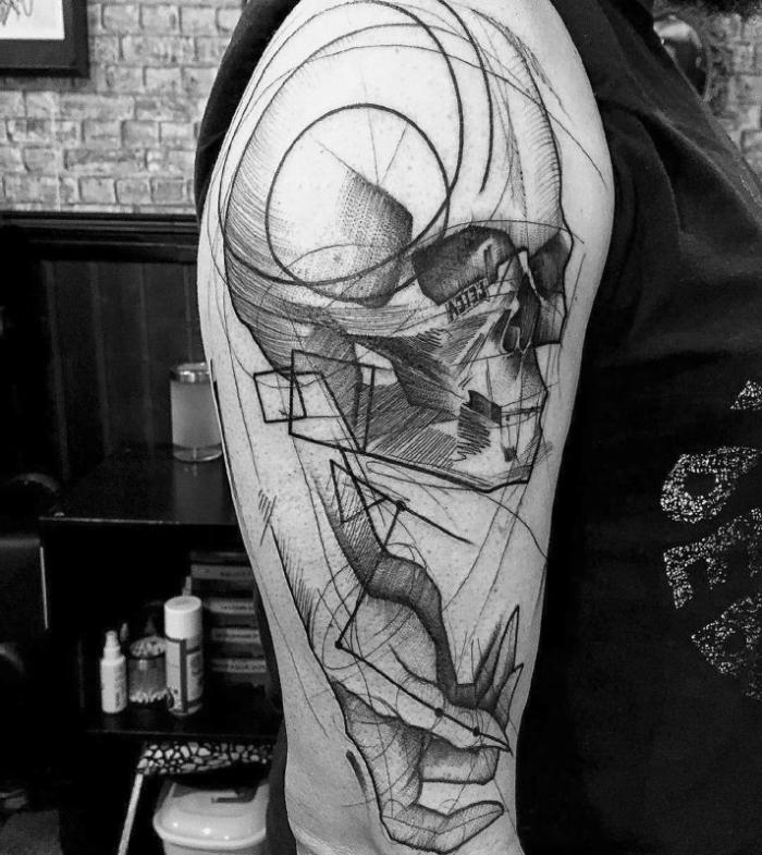 männer tattoo arm, blackwork tätowierung, schädel mit frauenhand, oberarm tätowieren lassen
