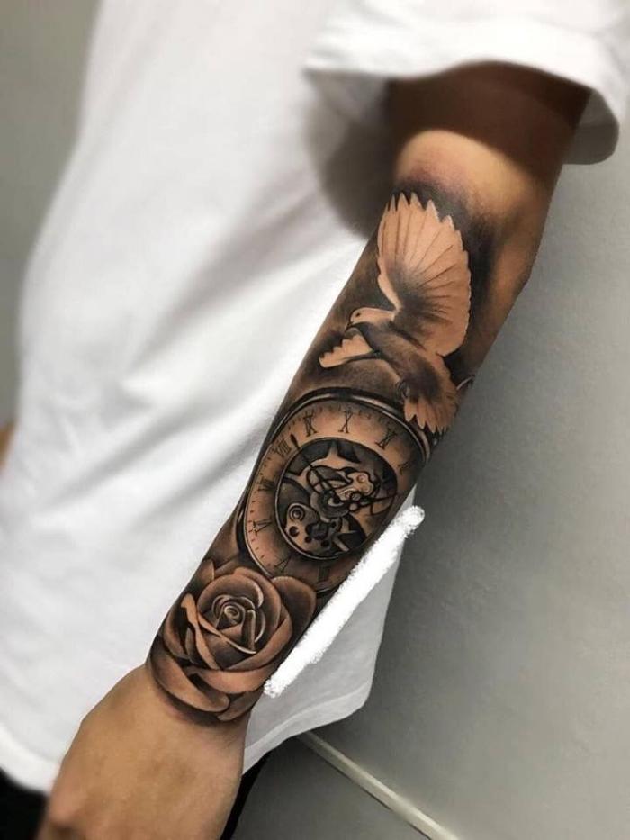männer tattoo arm, realistische tätowierung mit rose, taube und kompass als motive