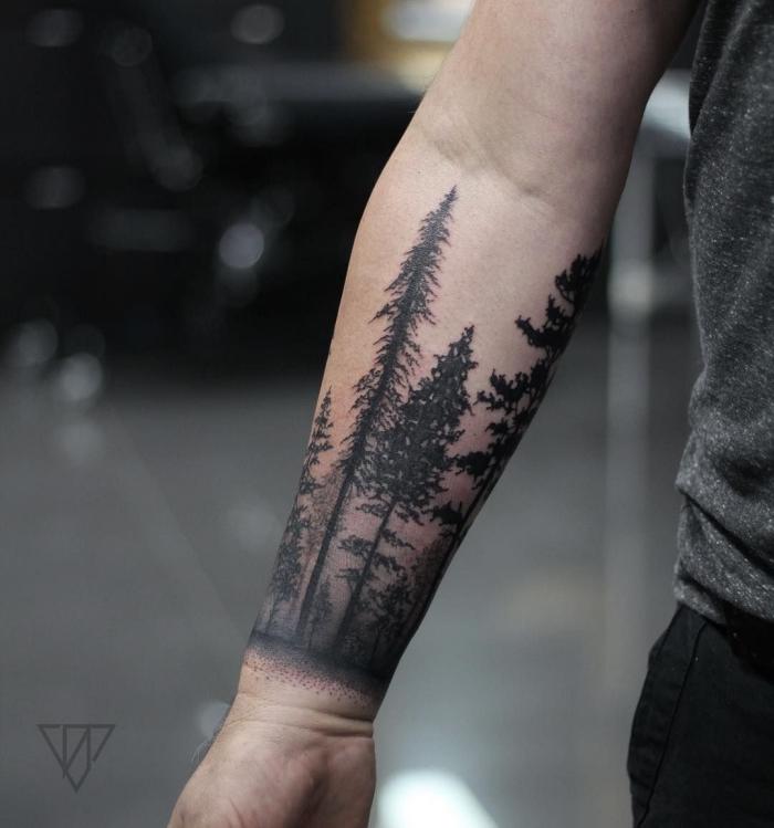 männer tattoo arm, realitische tätowierung mit bäumen als motiv, wald