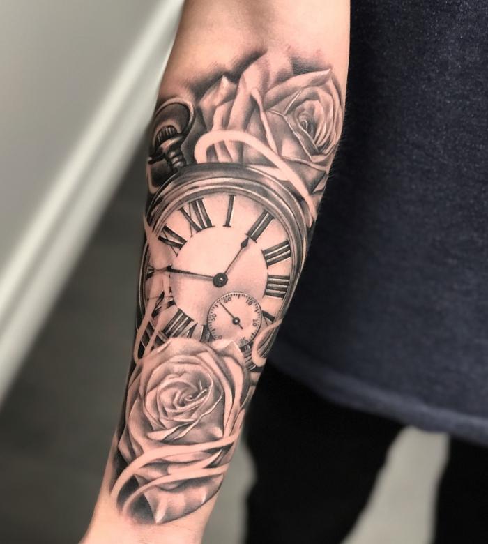männer tattoo arm tätowierung mit realitische motiven, kompass mit weißen rosen