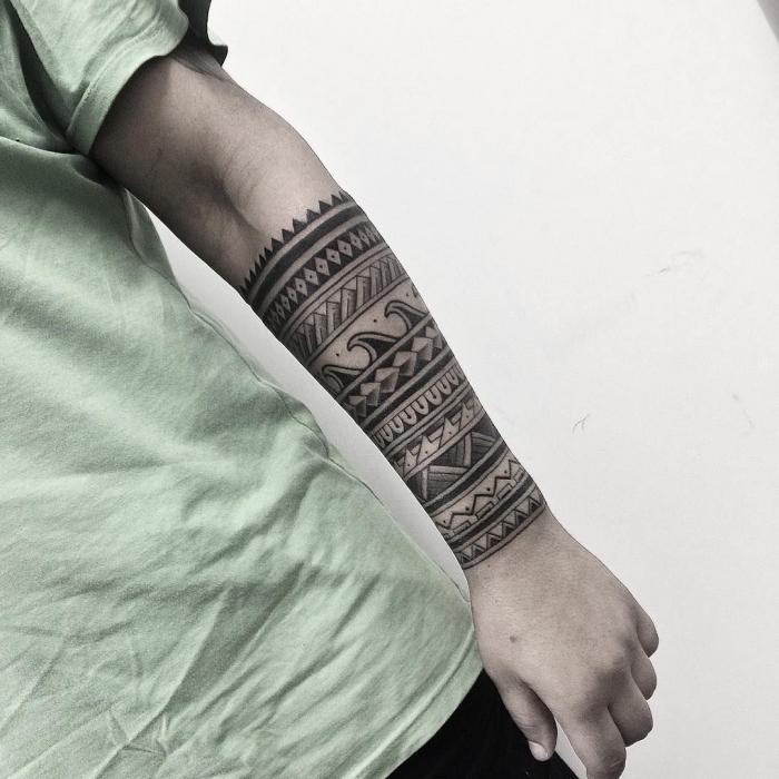 männer tattoos motive, tribal band am unterarm, maori elemente, wasserwellen