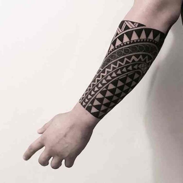 männer tattoos motive, detaillierte tätowierung mit geometrischen elementen, moari