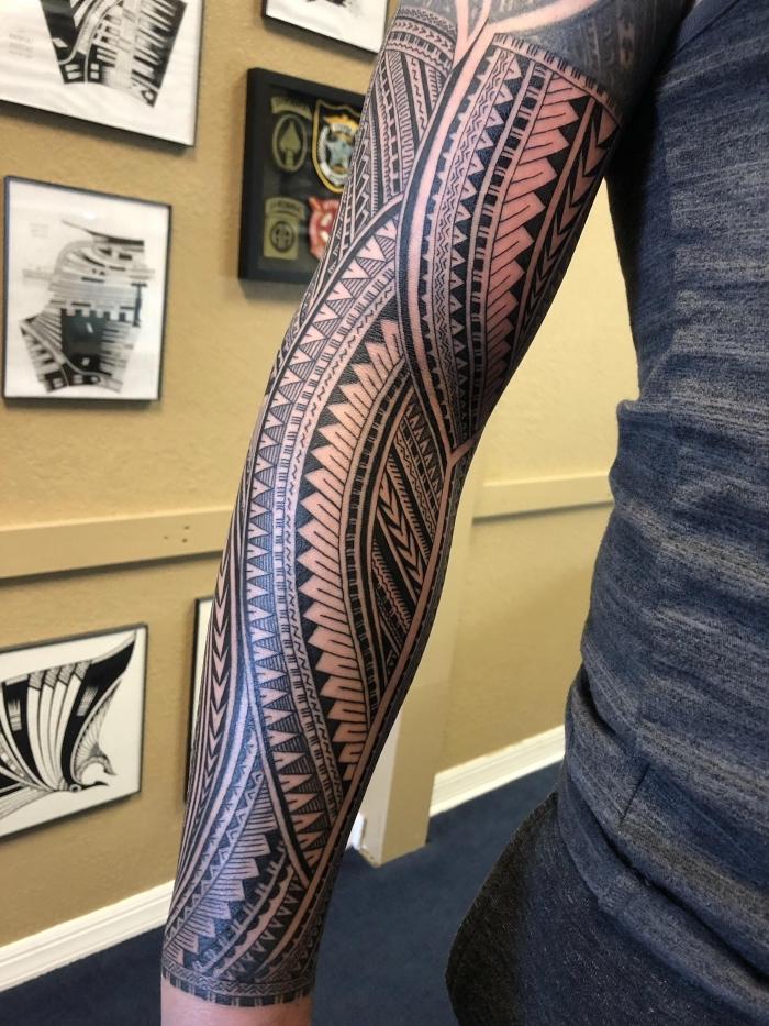 männer tattoos motive, große sleeve tätowierung am arm, geoemtrische elemente