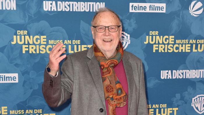 alter mann mit einem grauen sakko und mit schwarzer brille, der deutsche regisseur und filmemacher joseph vilsmaier