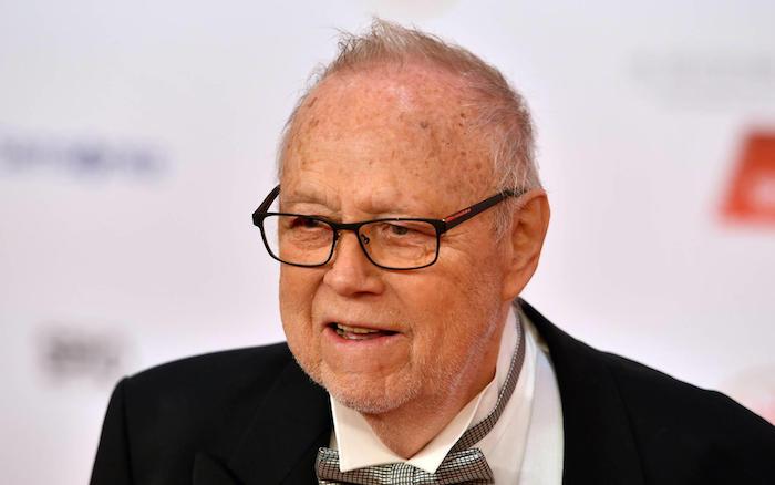 alter mann mit einem schwarzen sakko und mit einer grauen kravatte, joseph vilsmaier ist gestorben, der deustche regisseur joseph vilsmaier