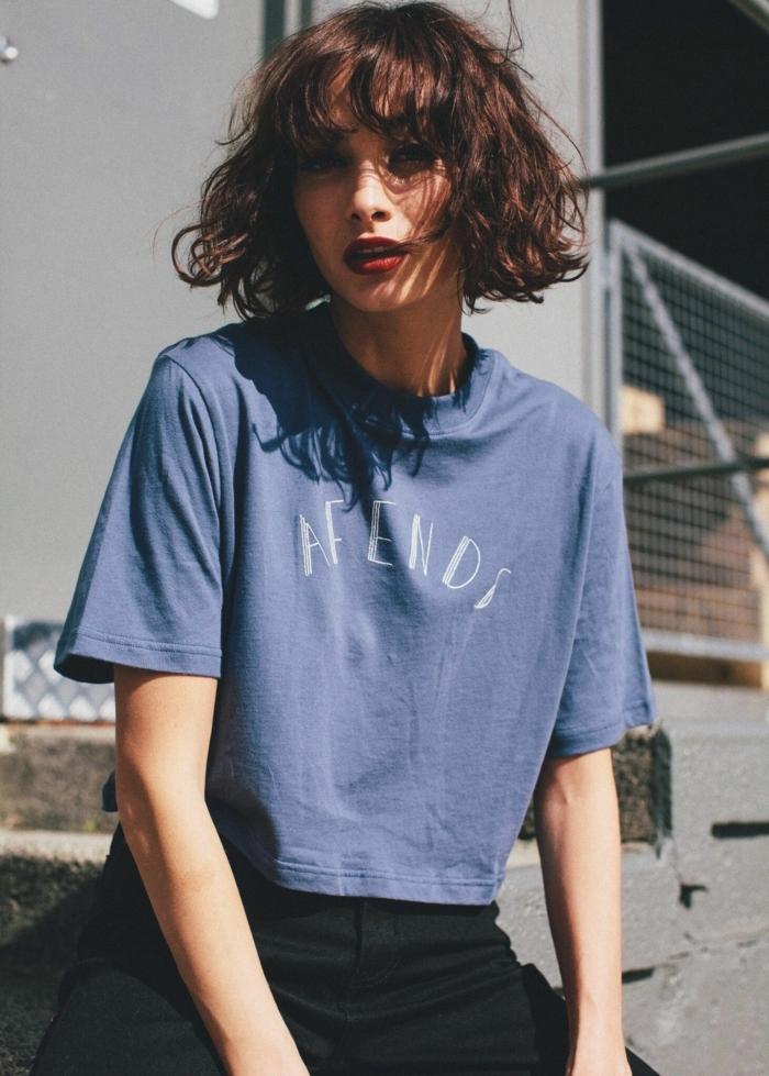 Straßenforografie Style Inspiration, weites blaues T-Shirt und schwarze Jean, Kurzhaarfrisuren für lockiges Haar, Kurze Frisuren Frauen,