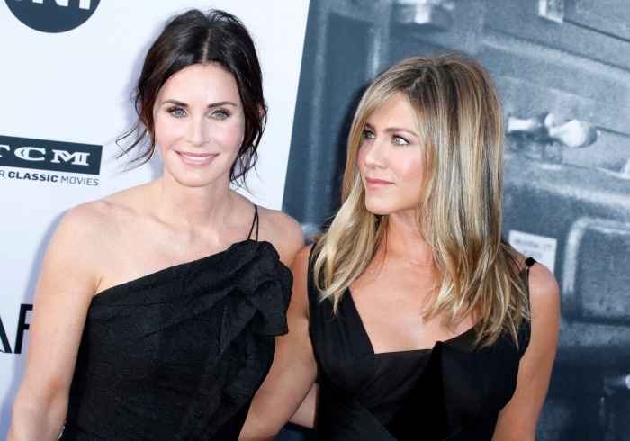 moderne frisuren für ältere damen, jennifer aniston, courtney cox, natürliches make up