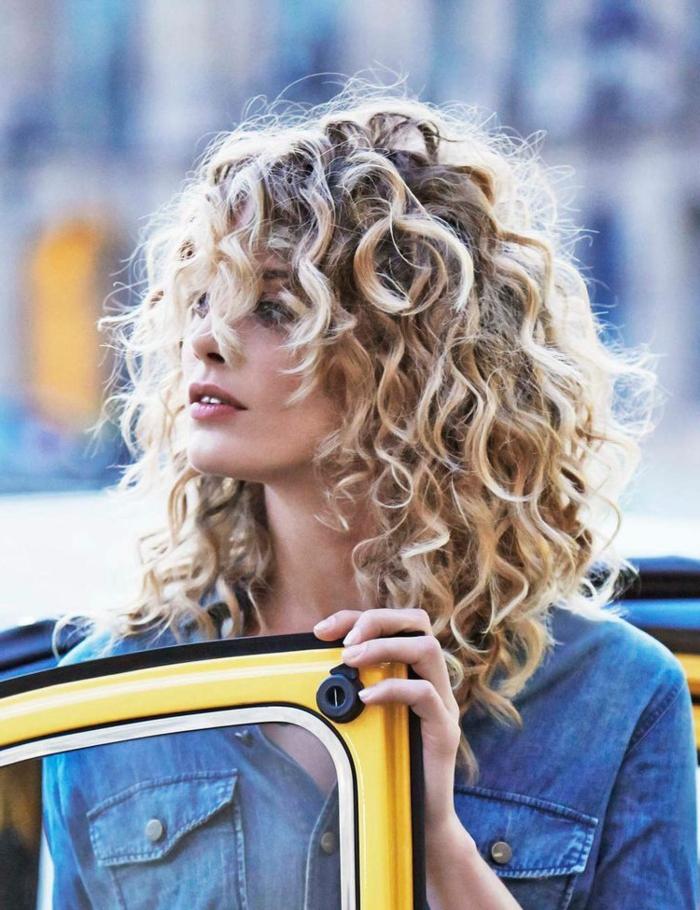 Kurzhaarfrisuren für lockiges Haar, Frau mit blonden Haaren, Moderne Kurzhaarfrisuren, lässiges Outfit in Jeanshemd