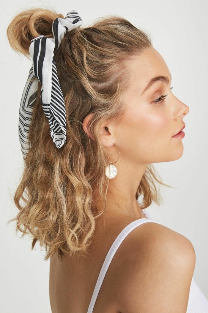 Blonde Frau mit kurzen Haaren, halb gebunden mit einem schwarz weißen Schal, Frisuren mit Locken, weißes Top