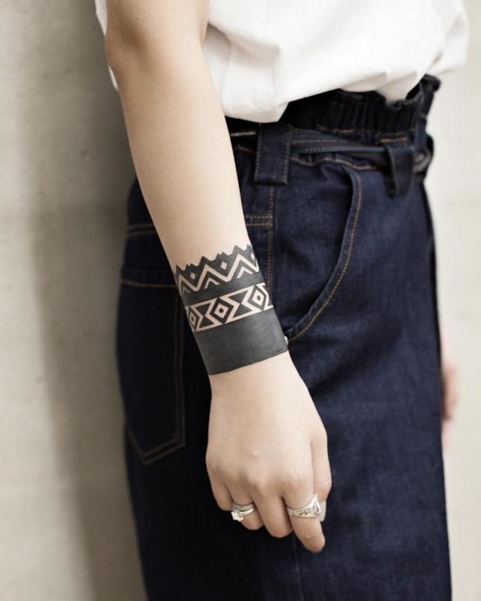 moderne tattoos für damen, tribal band am unterarm, geometrische elemente