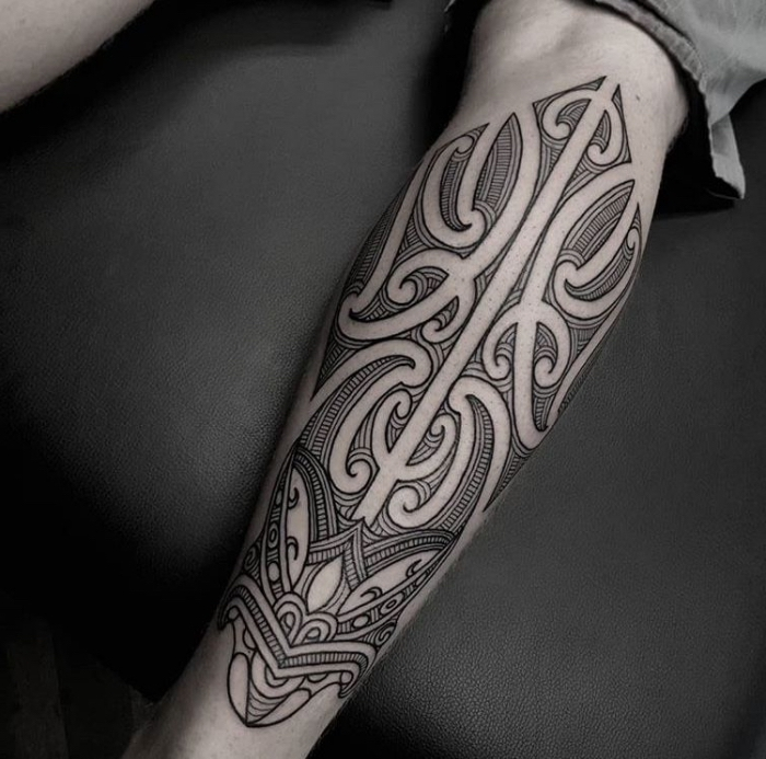 moderne tattoos für herren, tribale elemente, maori tätowierung am bein, schwarz grau