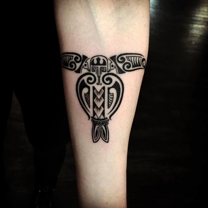 moderne tattoos ideen, tribale symbole, schildkröte am unterarm, symbole mit beudetung