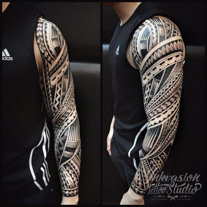 polynesische symbole, muster tattoo blackwork, mann mit großer tätowierung am arm