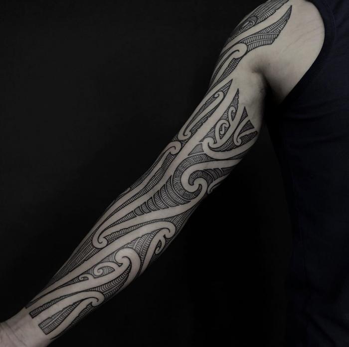 moderne tätowierungen für männer, muster tattoo mann, tribal sleeve in schwarz und grau