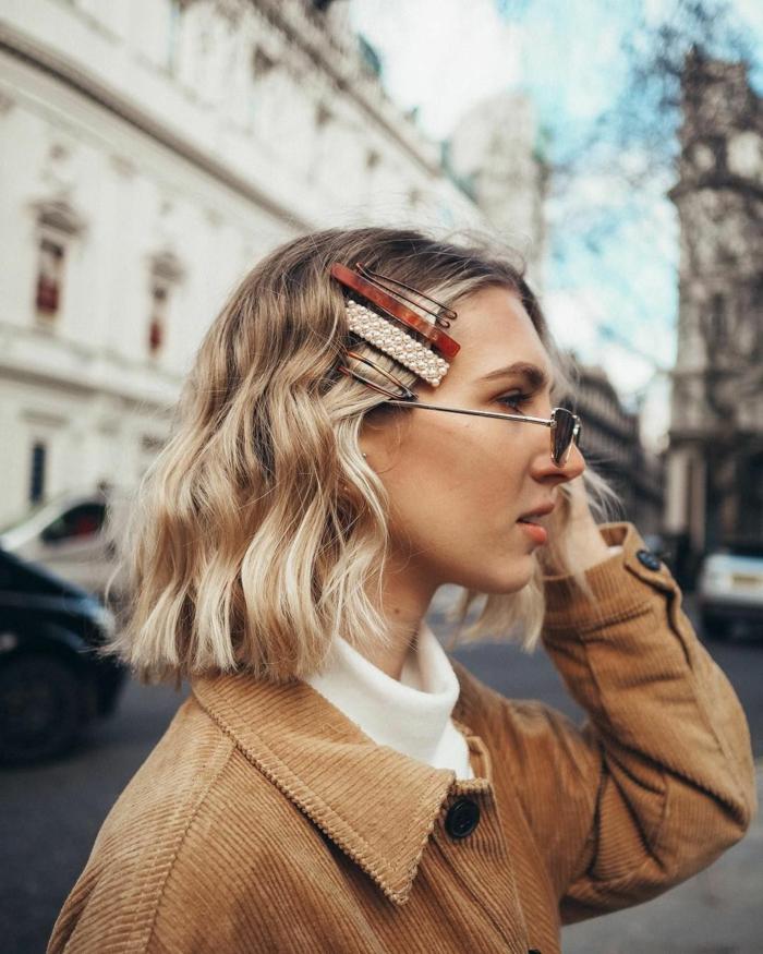 Straßenfotografie Styling Inspiration, kurze blonde Haare mit Haarspangen, Kurzhaarfrisuren Damen Bilder, braune Jacke,